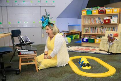 """<b>Alegría en la clase virtual. </b>Joann Collins Brock, maestra de una escuela primaria Goshen, Kentucky, habla con sus alumnos a través de una video conferencia. Según un informe de la  <a href=""""https://en.unesco.org/covid19/educationresponse"""" target=""""_blank"""">UNESCO</a>, el 5 de mayo, cuando ya se habían abierto escuelas en algunos países, las rutinas de más de 1,200 millones de estudiantes continuaban afectadas por la pandemia. <br>"""