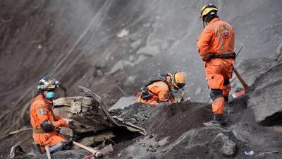 Socorristas en Guatemala buscan sobrevivientes tras el erupción del volcán de Fuego