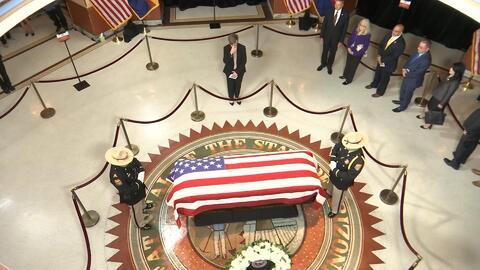 Hispanos despiden al Senador McCain en el capitolio estatal de Arizona