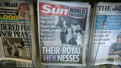 Diario británico publica foto de la reina Isabel II haciendo el saludo nazi