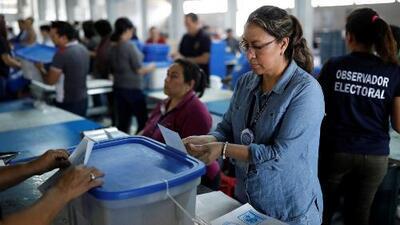 Con una alta desconfianza ante los dos candidatos, Guatemala elige al sucesor del presidente Jimmy Morales