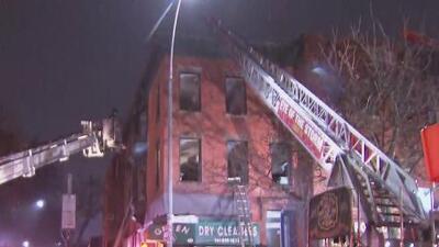 Investigan las causas de un fuerte incendio que consumió tres pisos de un edificio en Brooklyn