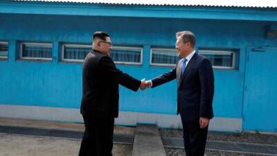 Histórico encuentro: los líderes de las dos Coreas, Kim Jong Un y Moon Jae-in, se dan la mano en la frontera