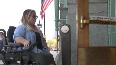 Esta hispana en silla de ruedas es la primera de su familia en graduarse de la universidad