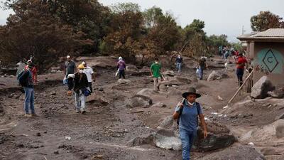 Entre cenizas, sobrevivientes de la erupción del volcán en Guatemala buscan restos de sus seres queridos