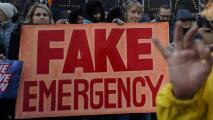 """Manifestantes en Los Ángeles califican de """"falsa"""" la declaratoria de estado de emergencia anunciada por Trump"""