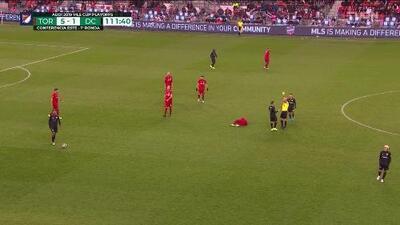 Tarjeta amarilla. El árbitro amonesta a Paul Arriola de D.C. United