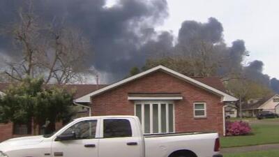 Preocupación y zozobra entre habitantes de las zonas aledañas al incendio en una planta petroquímica en Deer Park