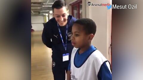 La increíble reacción de un niño cuando fue sorprendido por Mesut Ozil