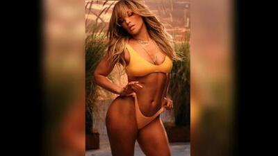Con un bikini amarillo, al estilo 'barbie Malibú', JLo promueve su dúo con Bad Bunny