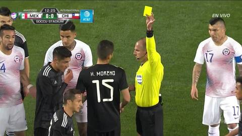 Tarjeta amarilla. El árbitro amonesta a Andrés Guardado de Mexico