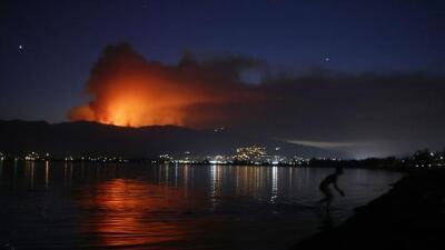 Cientos de bomberos luchan por segundo día contra un incendio que arde sin control en el condado de Orange