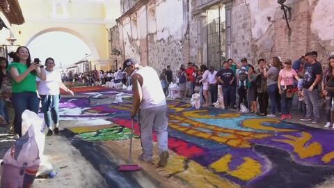 Así fue la elaboración de la 'alfombra de la esperanza' para la procesión de la iglesia de la Merced en Antigua Guatemala