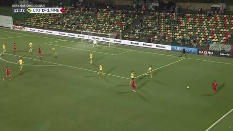 Valdemaras Borovskis despeja el balón y aleja el peligro