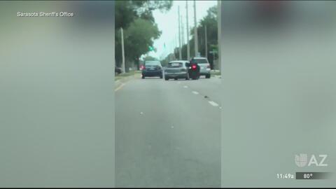 Queda captado en cámara el momento en que conductor intenta atropellar a motociclista