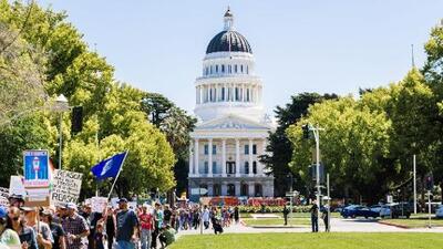 Vacunas, venta de alcohol y licencia familiar: las iniciativas a punto de convertirse en ley en California