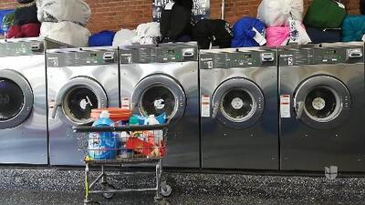 Trabajadores de lavanderías en Nueva York protestan contra robos de salario y represalias
