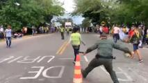 Policía colombiana y manifestantes dejan de lado sus diferencias y juegan un partido amistoso de fútbol