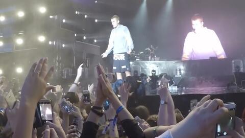 Le lanzan un objeto a Justin Bieber sobre el escenario porque no sabe cantar 'Despacito'