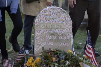 Rinden tributo en la tumba de Susan B. Anthony, líder del movimiento sufragista