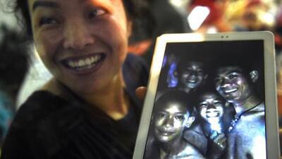 Hallan vivos a todos los niños de un equipo de fútbol que estaban perdidos en una cueva en Tailandia