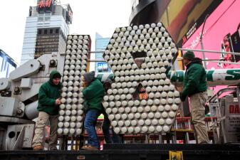 Nueva York recibe los números que iluminarán Times Square este fin de año