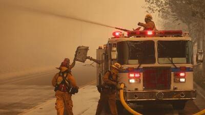 Avanza incendio forestal en California