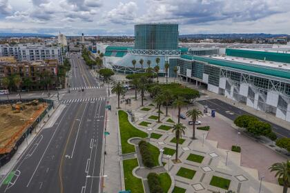 """Hasta hace un mes, el <a href=""""https://www.univision.com/local/los-angeles-kmex/el-coronavirus-transforma-el-convention-center-de-los-angeles-en-un-hospital-de-campana-fotos"""">Convention Center</a> de Los Ángeles era uno de los centros de exposiciones de negocios más importantes de Estados Unidos y escenario de ceremonias de naturalización de nuevos ciudadanos. Ahora se ha convertido en un hospital de campaña para personas sin hogar, durante su período de recuperación del coronavirus. <br>"""