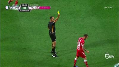 Tarjeta amarilla. El árbitro amonesta a Federico Mancuello de Toluca