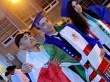 Estudiante usa una bandera mexicana en su ceremonia de graduación y le niegan su diploma