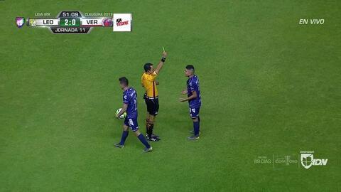 Tarjeta amarilla. El árbitro amonesta a Jesús Paganoni de Veracruz