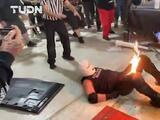 El impactante momento en que el luchador Eric Ryan le prende fuego a su rival JJ Escobar