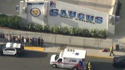 Reportan un tiroteo con varios heridos en una escuela secundaria en Santa Clarita, California