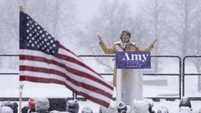 Bajo una tormenta de nieve intensa, la demócrata Amy Klobuchar anuncia que competirá para llegar a la Casa Blanca 2020