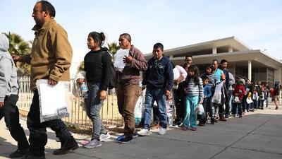 En un minuto: Dos cárceles de California dejarán de recibir detenidos de ICE