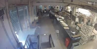 Vehículo se estrella contra una panadería en Miami y arruina la masa de los cocineros