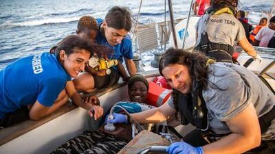 Dos barcos con inmigrantes desafían al gobierno italiano y atracan en Lampedusa