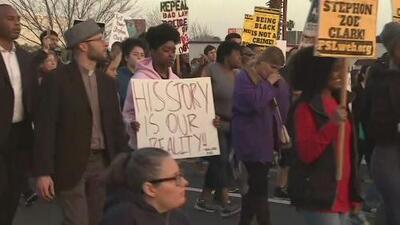 Cerca de 300 personas exigen justicia a un año de  la muerte de Stephon Clark