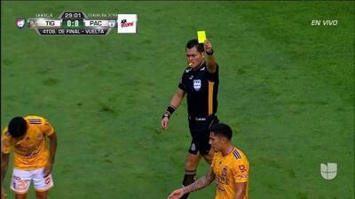 Tarjeta amarilla. El árbitro amonesta a Carlos Salcedo de Tigres