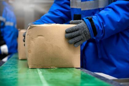 <b>Puesto 11. Empacadores manuales. </b>Ganaron en promedio 25,740 dólares en 2018. Es un trabajo no calificado y aunque cada vez los estadounidenses compran más en línea las personas encargadas de empaquetar está disminuyendo por la automatización. Se proyecta que los trabajos de embalaje manual crecerán 1.8% para 2024 (mientras el promedio de todos crecerá 7.4% en el mismo período de tiempo). Hay 490,000 personas con este oficio en EEUU.
