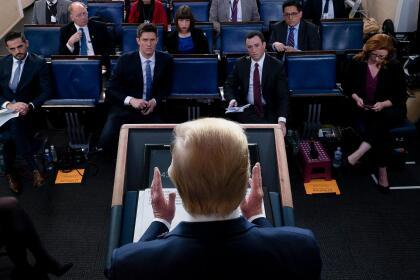 <b>Distanciamiento social en la Casa Blanca.</b> Periodistas se sientan con un puesto libre de por medio durante la rueda de prensa del presidente Donald Trump, donde el mandatario da las actualizaciones sobre la atención del gobierno federal a la pandemia. 21 de marzo.