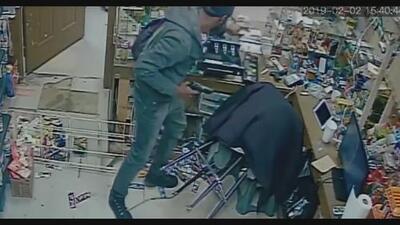 Captado en cámara: robo violento en tienda de Atlanta