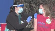 Personas vacunadas contra el covid-19 pueden reunirse en espacios cerrados y sin mascarillas
