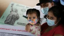 ¿Necesitan las familias de Illinois cobrar $2,000 al mes y $1,000 por hijo hasta que termine la pandemia?