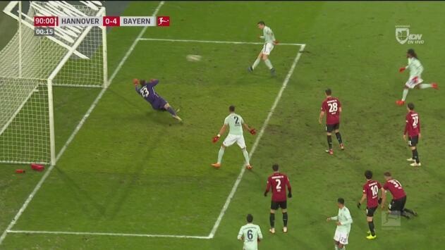 ¿Era Lewandowski? Horrible definición del polaco frente al arco del Hannover