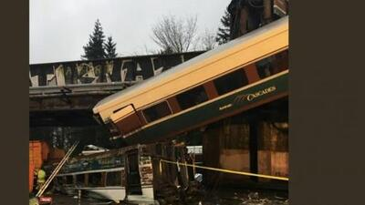 Video: Tren se descarrila y cae a una autopista cerca de Seattle dejando heridos