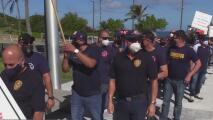 Bomberos protestan para recuperar un aumento salarial de 125 dólares