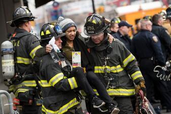 En fotos: Bomberos atienden un accidente de tren en Nueva York que dejó más de 100 heridos