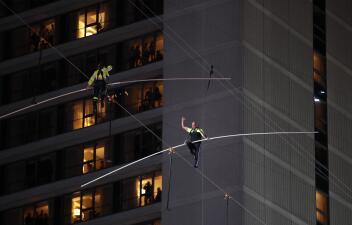 Nervios de acero a 25 pisos de altura: hermanos equilibristas cruzan la plaza de Times Square caminando por un cable