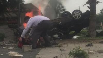 Un hispano salva a un hombre de un auto prendido en llamas, y graba su hazaña